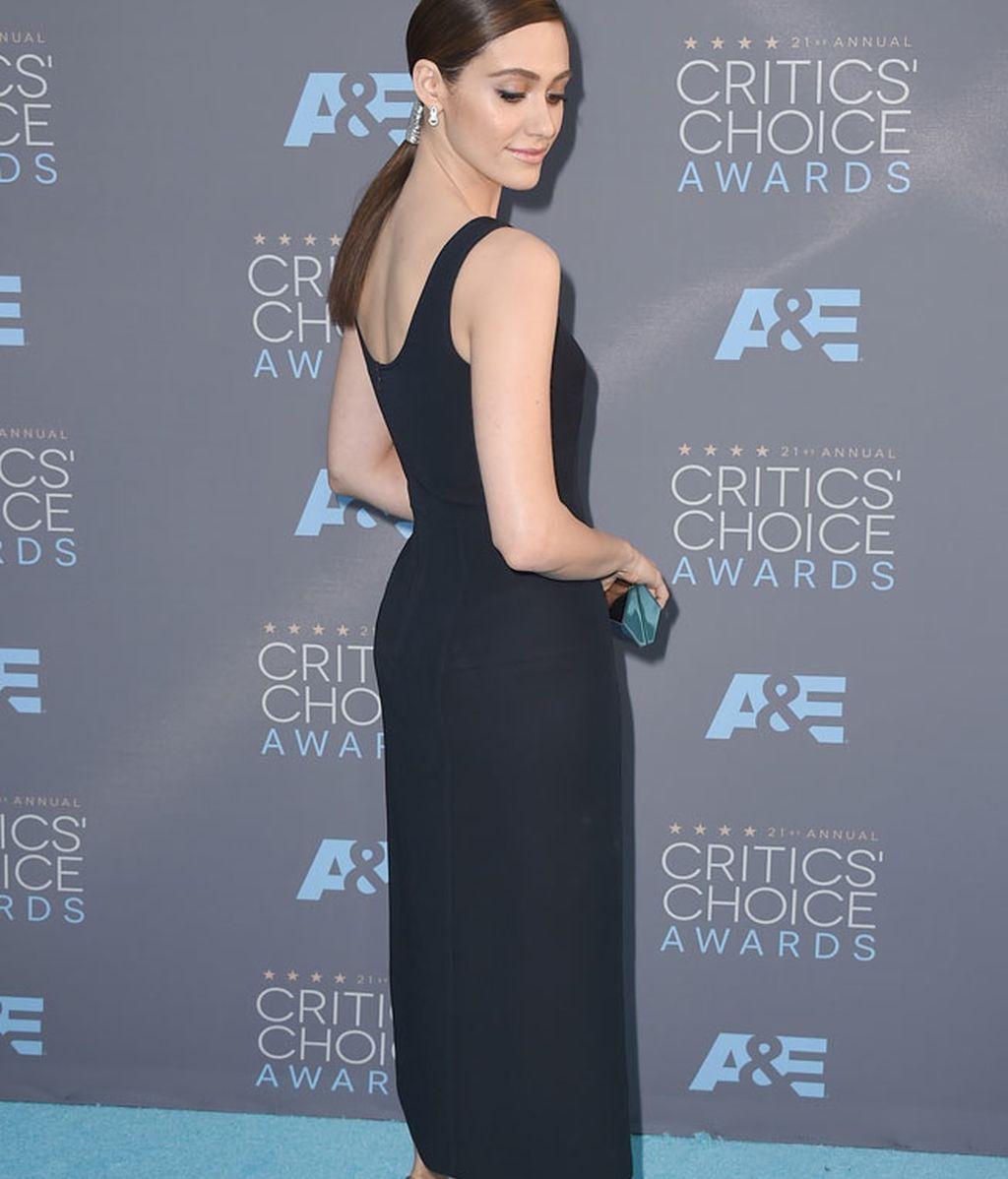 Emmy Rossum de azul con sandalias plata