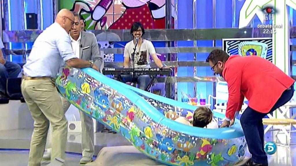 Kiko Hernández y Kiko Matamoros pasean a Karmele Marchante en piscina