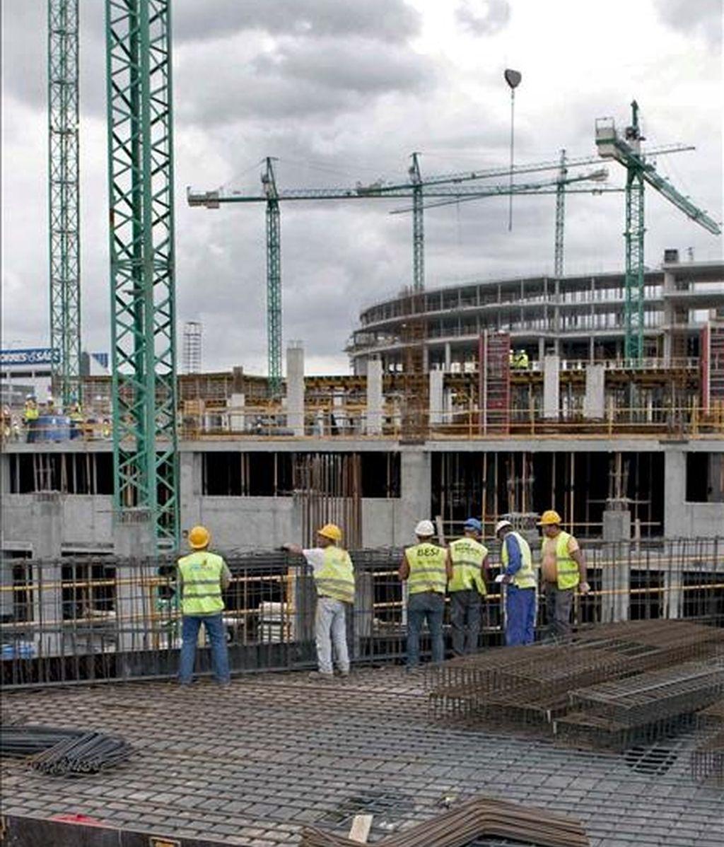 Un grupo de trabajadores en las obras de la futura tienda de IKEA en A Coruña. EFE/Archivo