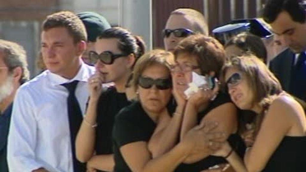 Los cuerpos de los guardias civiles asesinados ya están en España