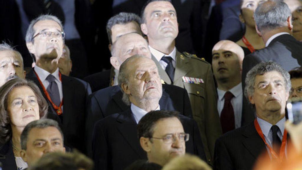 Los Reyes, escuchando el himno de España instantes antes del comienzo del choque