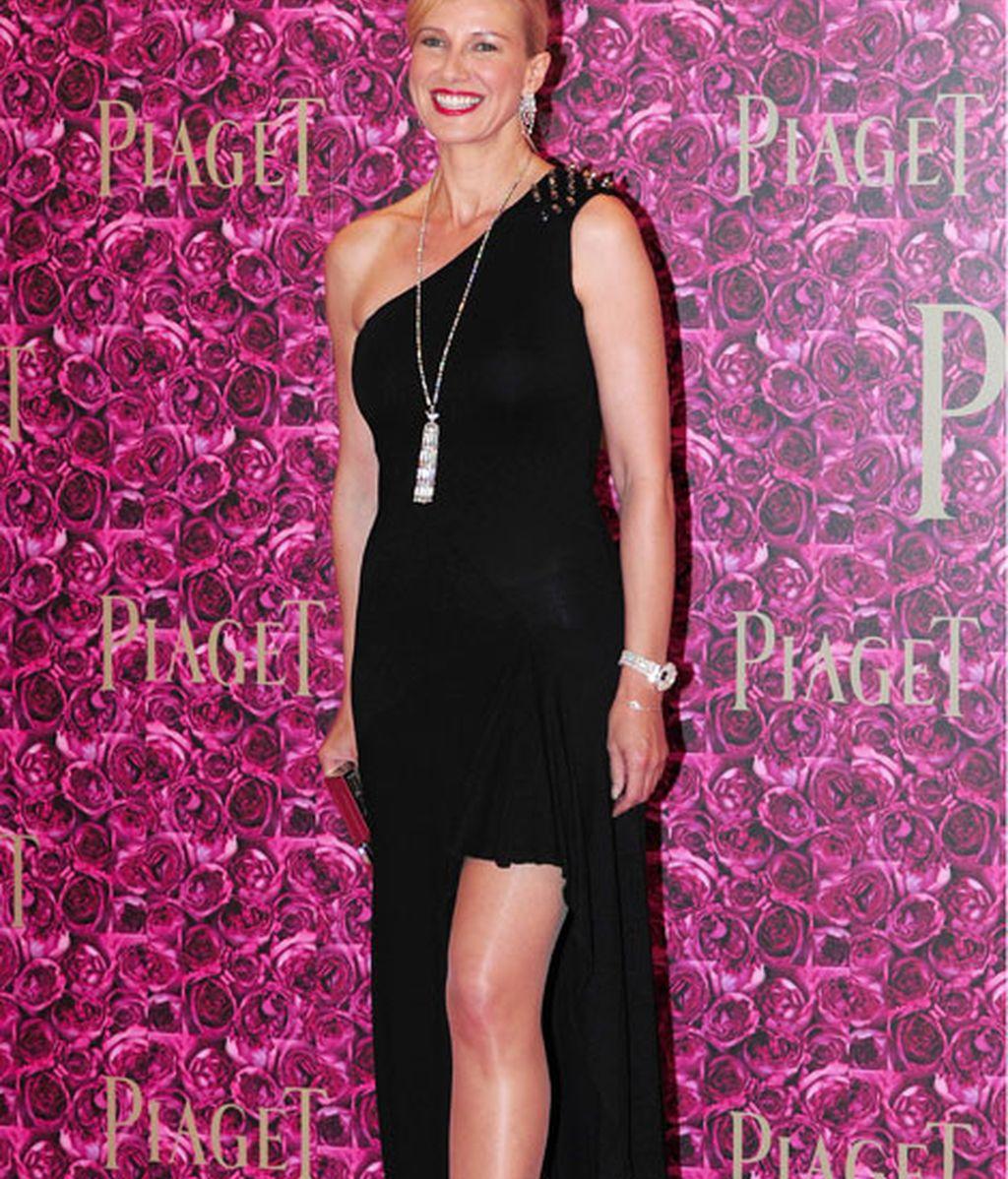 La presentadora Anne Igartiburu lució pierna con un vestido largo y negro