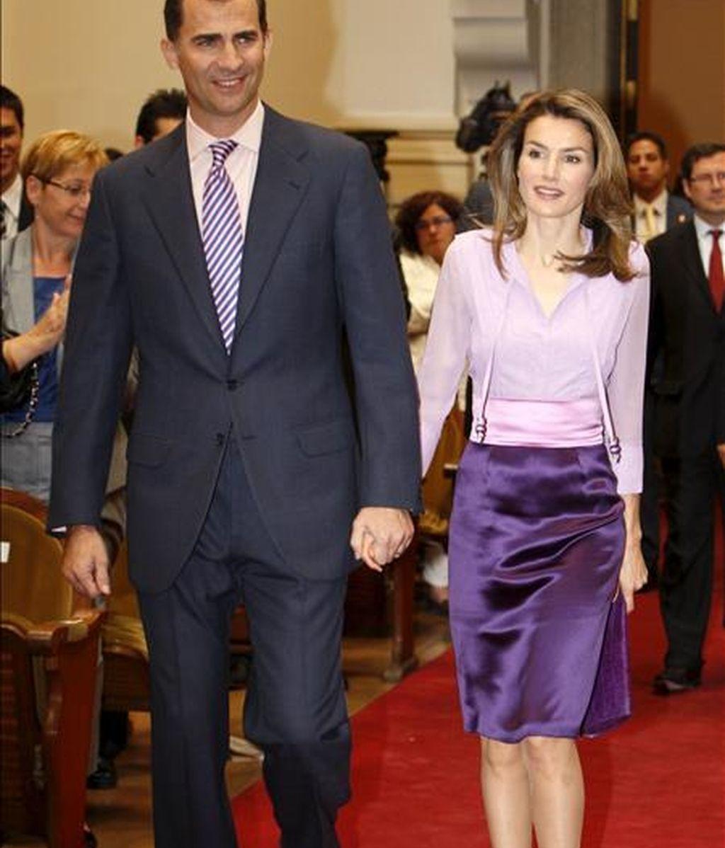 Los Príncipes de Asturias, a su llegada a la Real Academia de Bellas Artes de San Fernando donde han presidido la entrega de las becas para estudios de postgrado en el extranjero de la Fundación Caja Madrid. EFE