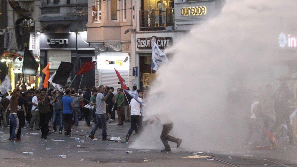 La Policía turca dispersa con gas lacrimógeno una protesta en Estambul por el atentado