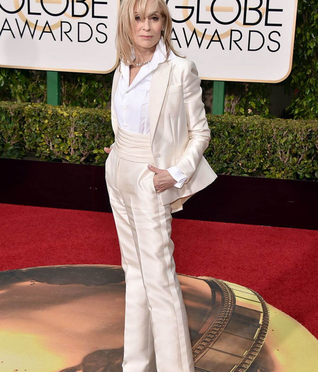 Judith Light con traje pantalón blanco