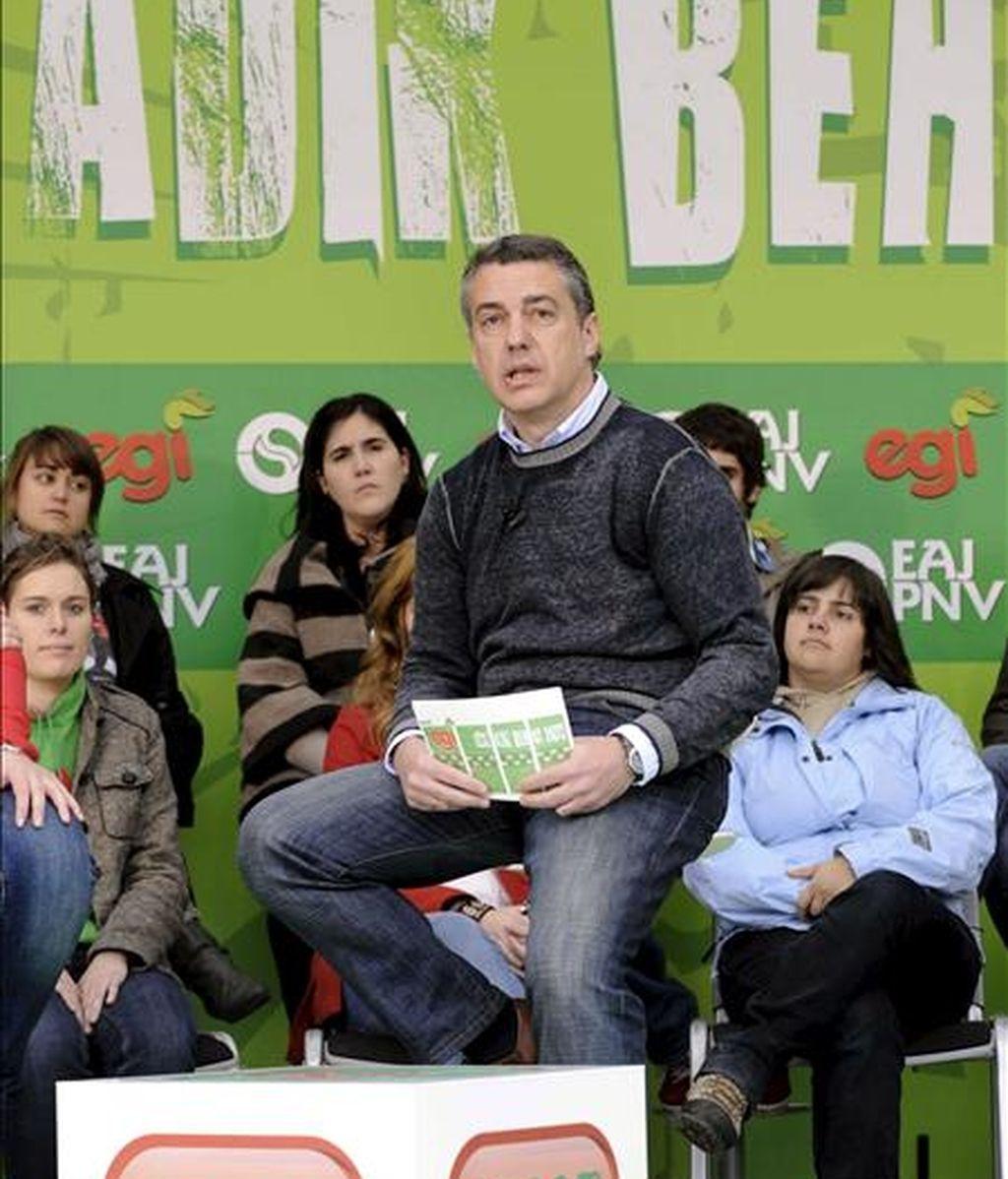El presidente del PNV, Íñigo Urkullu, en el frontón de Dima -decorado para la ocasión-, atiende a las preguntas de los jóvenes afiliados a su partido durante la celebración del 'EGI eguna'. EFE