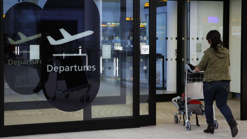 Una mujer usa las instalaciones del Aeropuerto de Heathrow, en Londres, Reino Unido