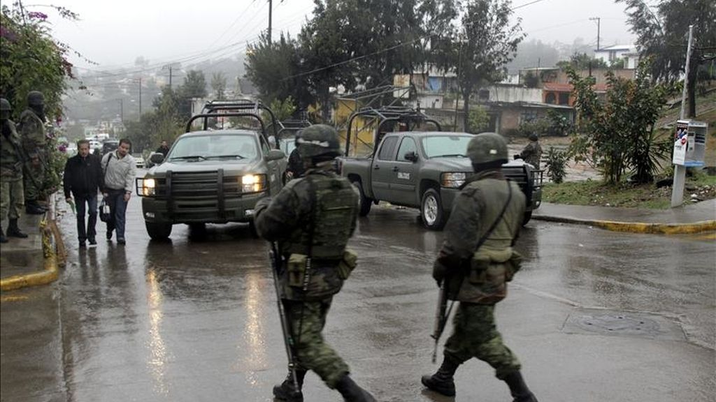 MEX06. XALAPA (MÉXICO), 14/01/2011.- Soldados del Ejército mexicano recorren hoy, viernes 14 de enero de 2011, la zona donde sostuvieron un enfrentamiento con hombres armados que se prolongó por seis horas en la ciudad de Xalapa, capital del estado mexicano de Veracruz, lo que dejó a catorce personas muertas, dos de ellas militares y doce presuntos delincuentes. EFE/Saúl Ramírez
