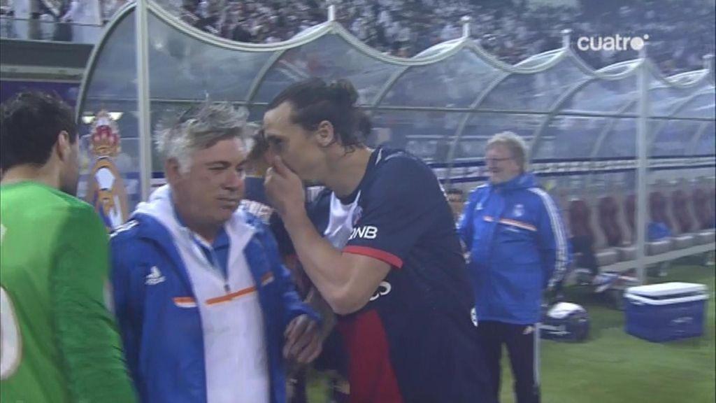 Ancelotti e Ibrahimovic charlan en el descanso
