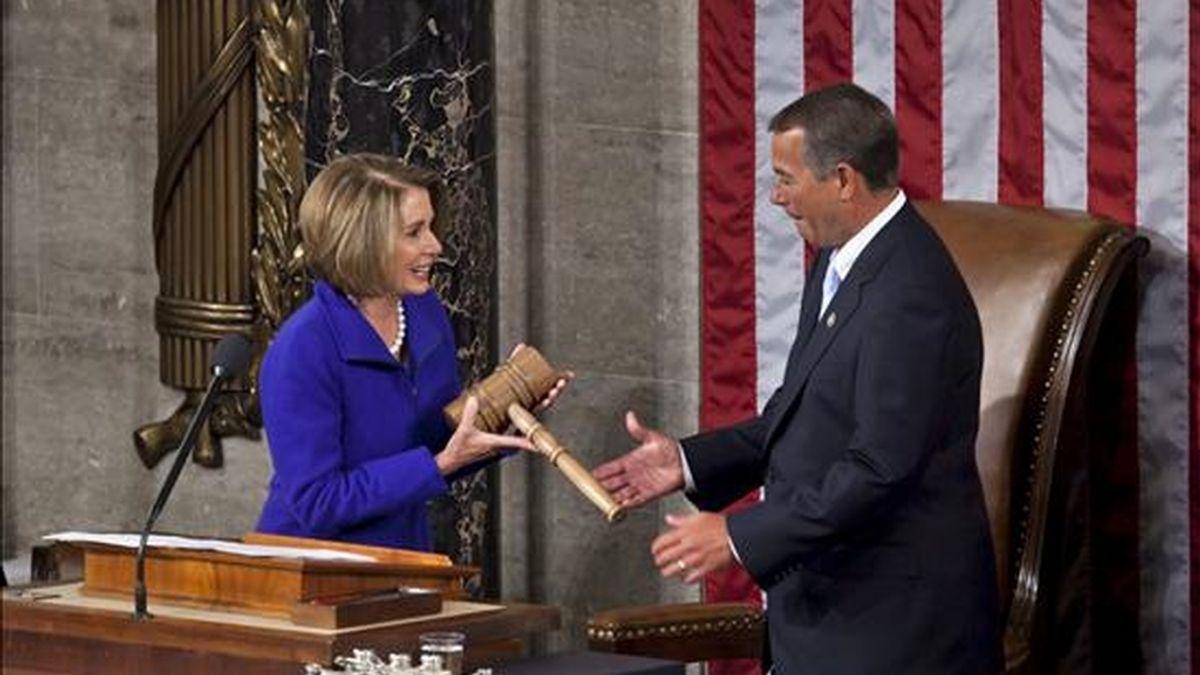 El legislador republicano de Ohio, John Boehner (d), recibe el mazo de manos de su predecesora, la demócrata Nancy Pelosi (i), después de ser fue elegido como nuevo presidente de la Cámara de Representantes de EE.UU. en el Capitolio en Washington DC, EE.UU., este 5 de enero. EFE