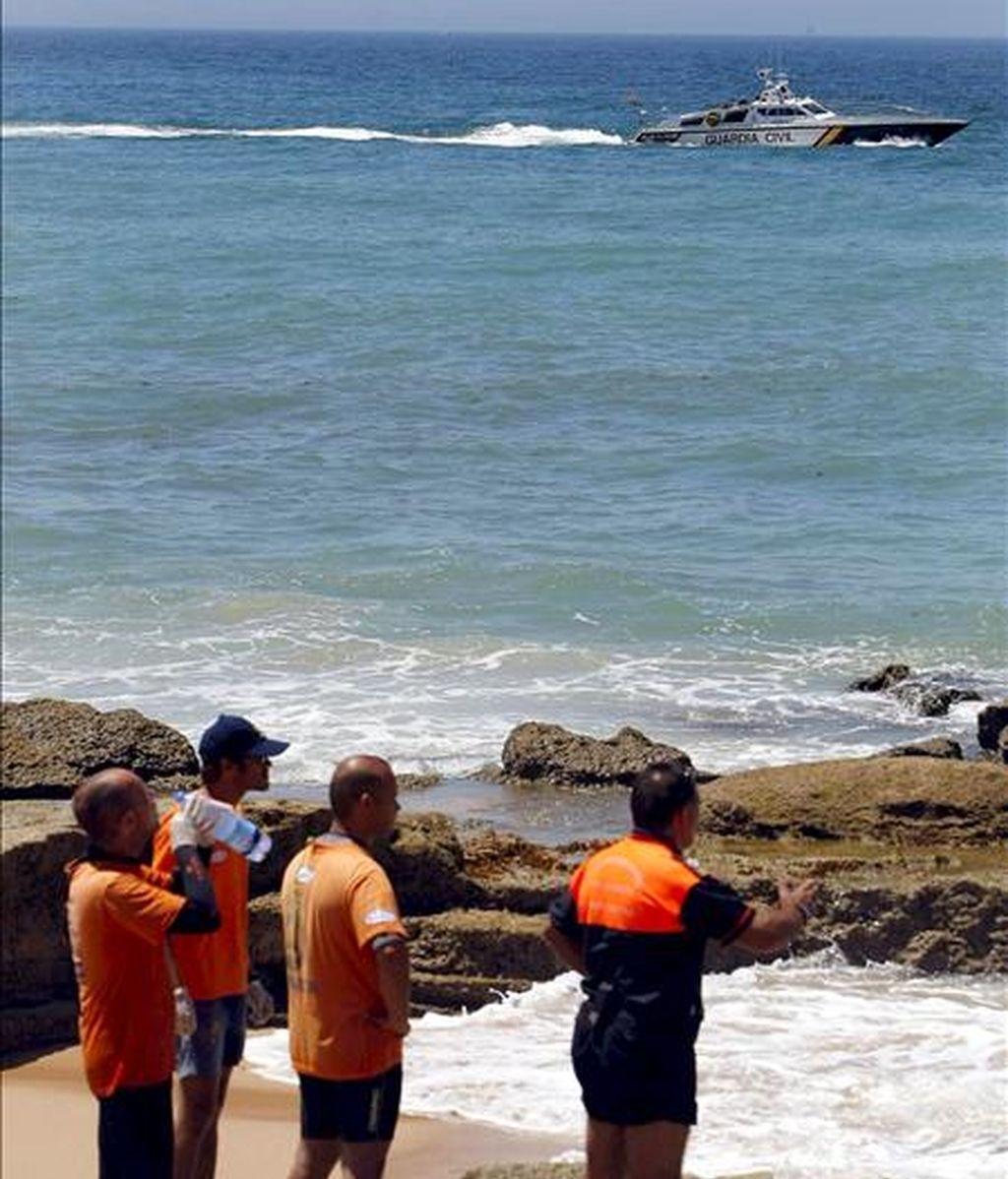 Miembros de Protección Civil y Guardia Civil continúan con la búsqueda de los inmigrantes que llegaron ayer en una patera que encalló en las costas de la pedanía de Zahora, en Barbate (Cádiz). EFE