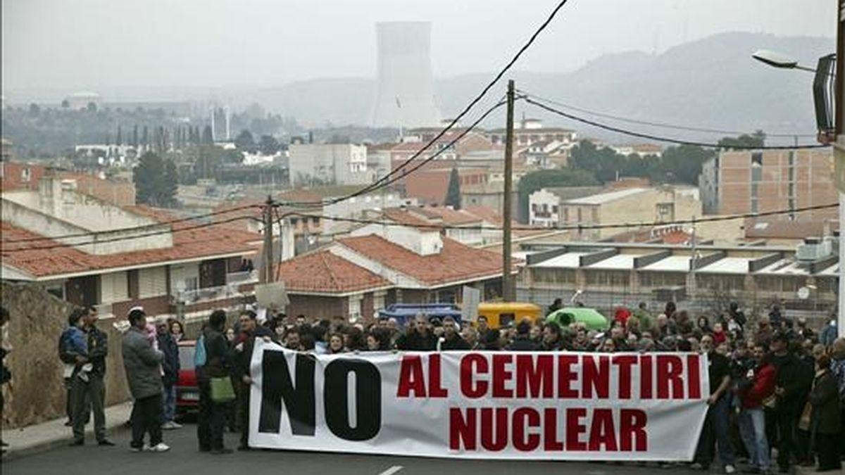 Vista general de la manifestación convocada por la Coordinadora Anticementerio Nuclear de Cataluña (CANC), contra la decisión del ayuntamiento de Ascó (Tarragona) de optar a acoger un Almacén Temporal Centralizado (ATC) o cementerio de residuos nucleares. EFE