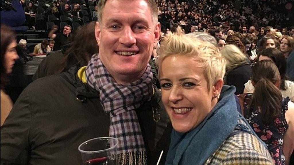 Adele ayuda a una pareja de fans a darse el 'sí quiero' en pleno concierto en Belfast