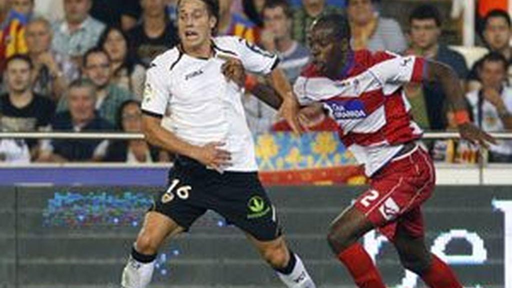 Canales y Nyom se disputan el balón en Mestalla. Foto: Reuters.