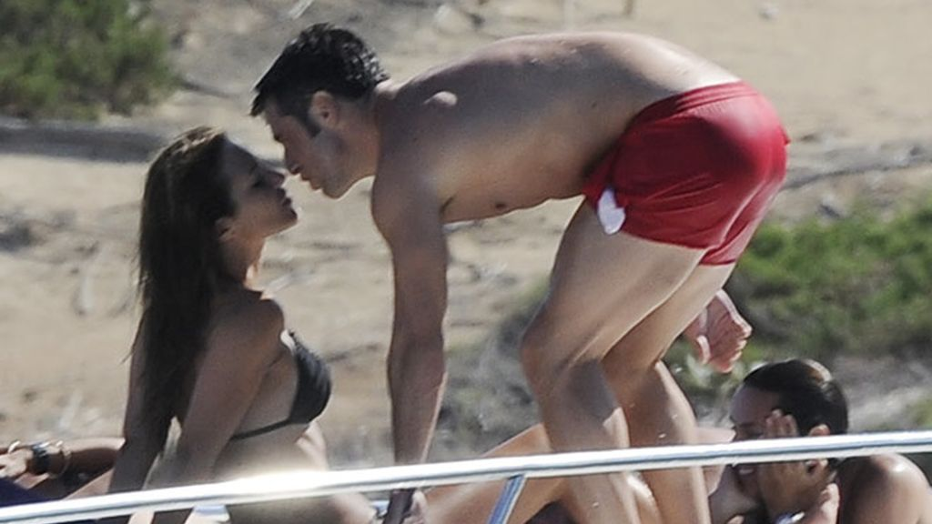 'Busta' y Paula, enamorados en Ibiza como el primer día