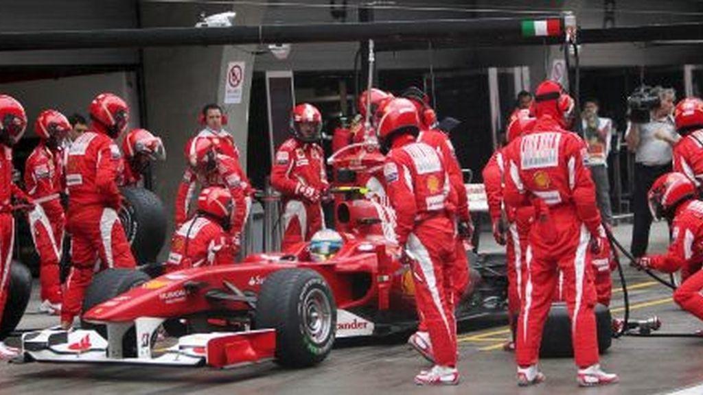 Alonso, en boxes. FOTO: EFE.
