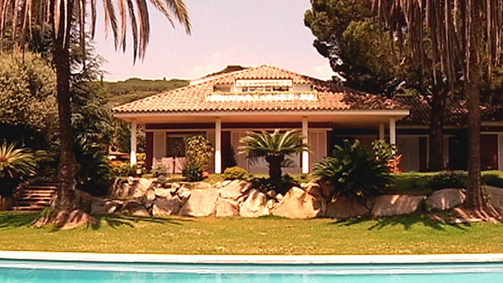 Una mansión con gran piscina