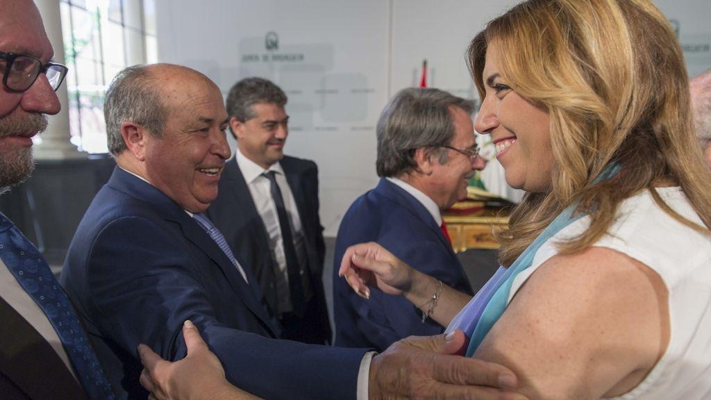 José Torres Hurtado, alcalde de Granada, saluda a la presidenta andaluza, Susana Díaz