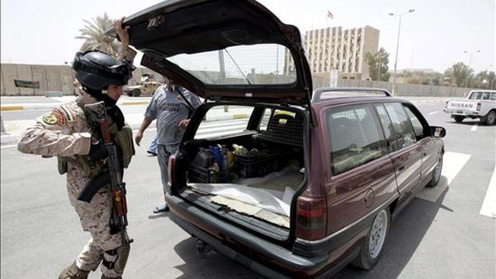 Un soldado iraquí inspecciona ayer un coche durante una ceremonia de reapertura de una calle y un túnel después de su reconstrucción en Bagdad. EFE