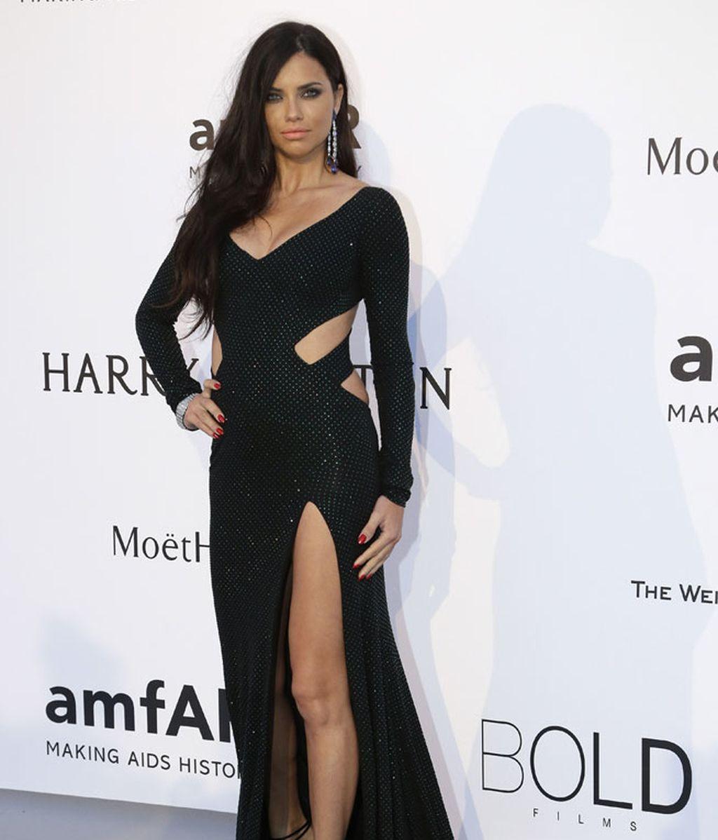 Adriana Lima, con vestido 'cut ou't de alta costura en negro de Alexandre Vauthier