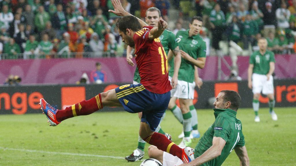 El defensa O'Shea se lanza para detener a Jordi Alba