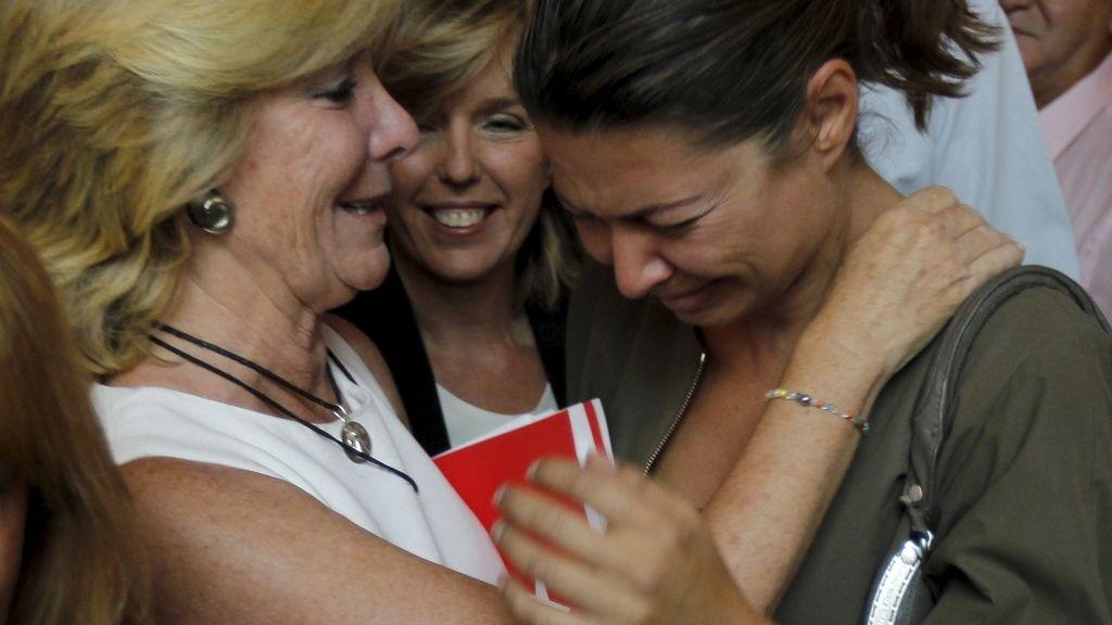 Esperanza Aguirre consuela a Lucía Figar tras anunciar su dimisión