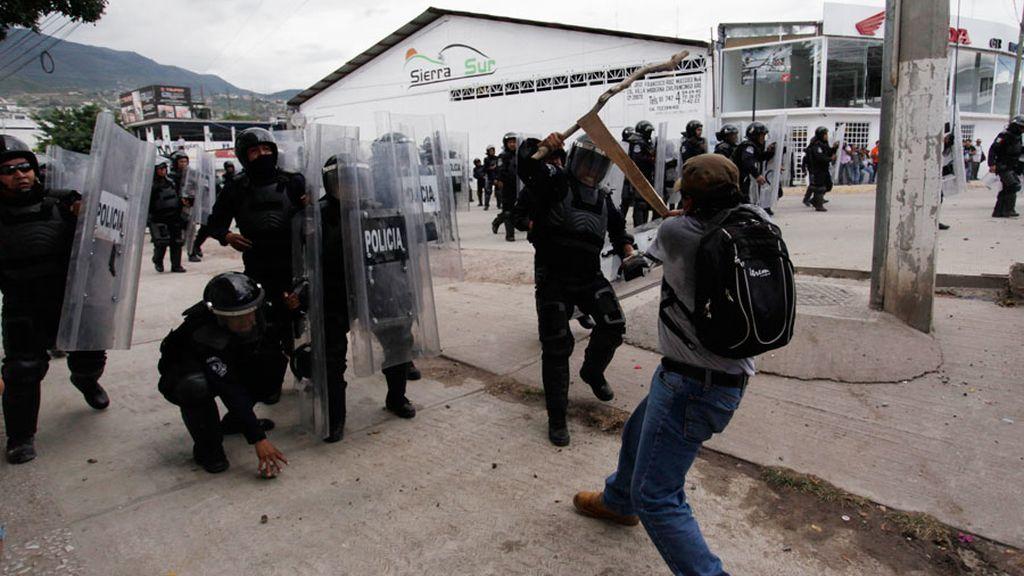 Profesores y policías se enfrentan en la capital de Guerrero