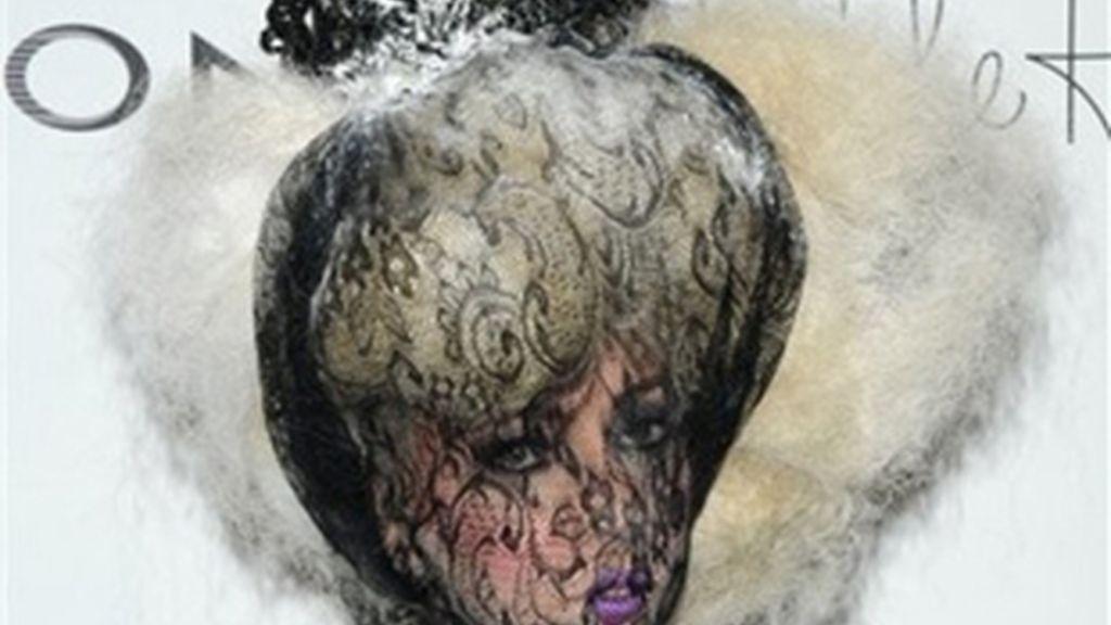 No es la primera vez que Lady Gaga tapa su rostro con un velo. Ya en los premios ACE, celebrados en noviembre de 2009, la artista apareció con la cara cubierta. Foto: AP/Archivo
