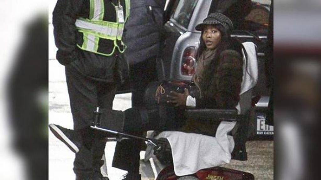 Naomi Campbell en silla de ruedas
