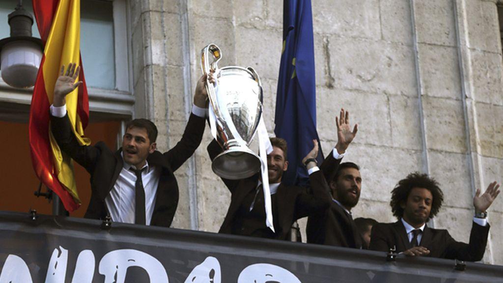 Los jugadores del Real Madrid celebran 'la Décima' en la sede de la Comunidad