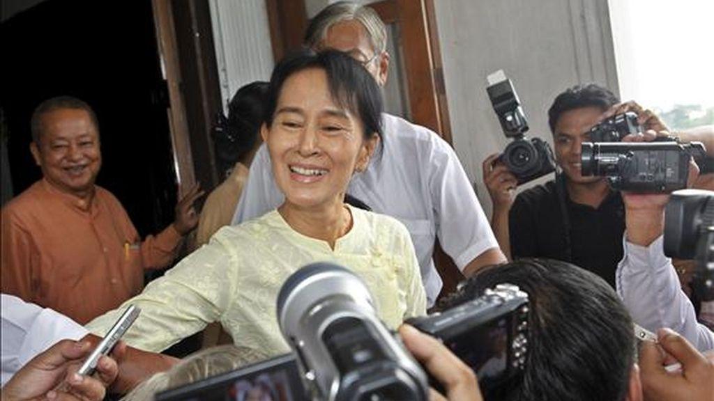 La jefa del movimiento democrático, la premio Nobel de la Paz Aung San Suu Kyi (izda), recibe a la prensa en su casa tras reunirse allí con el jefe del Gabinete del secretario general de la ONU, Vijay Nambiar, hoy en Rangún (Birmania). EFE