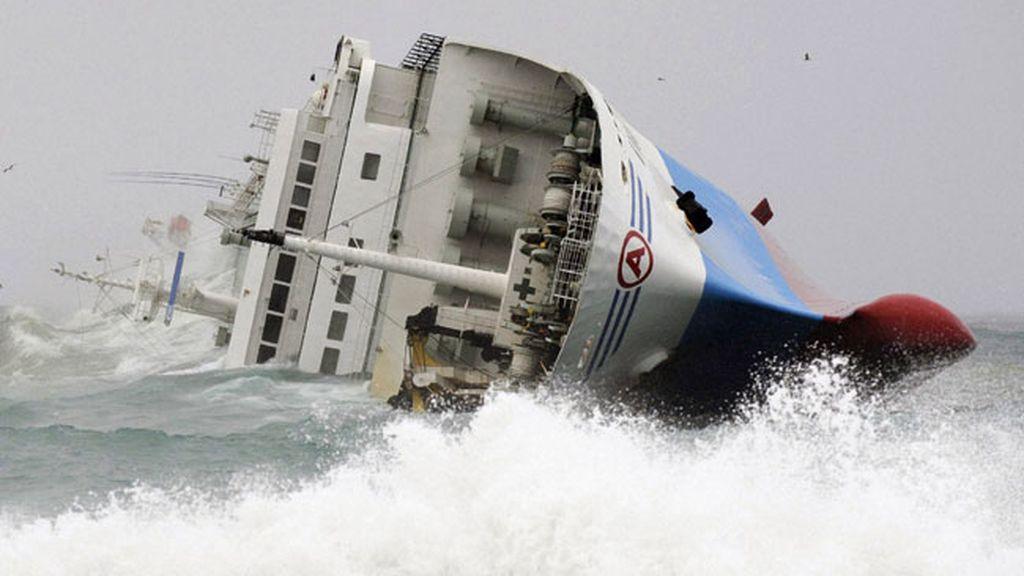 Espectacular naufragio en las costas de Japón