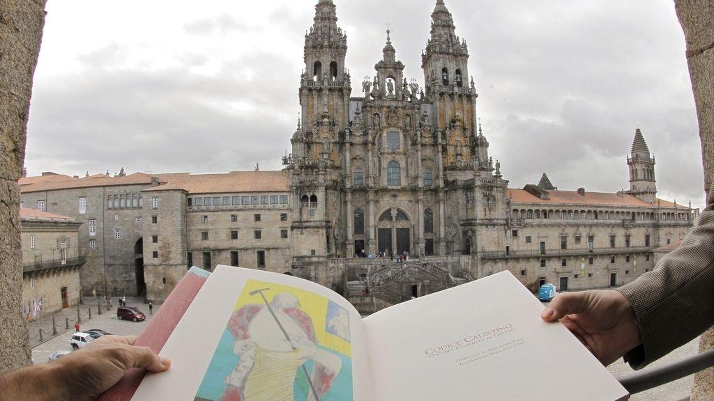 Una reciente edición en gallego del Códice Calixtino, mostrada ante la catedral de Santiago, donde ha desaparecido el libro original de incalculable valor