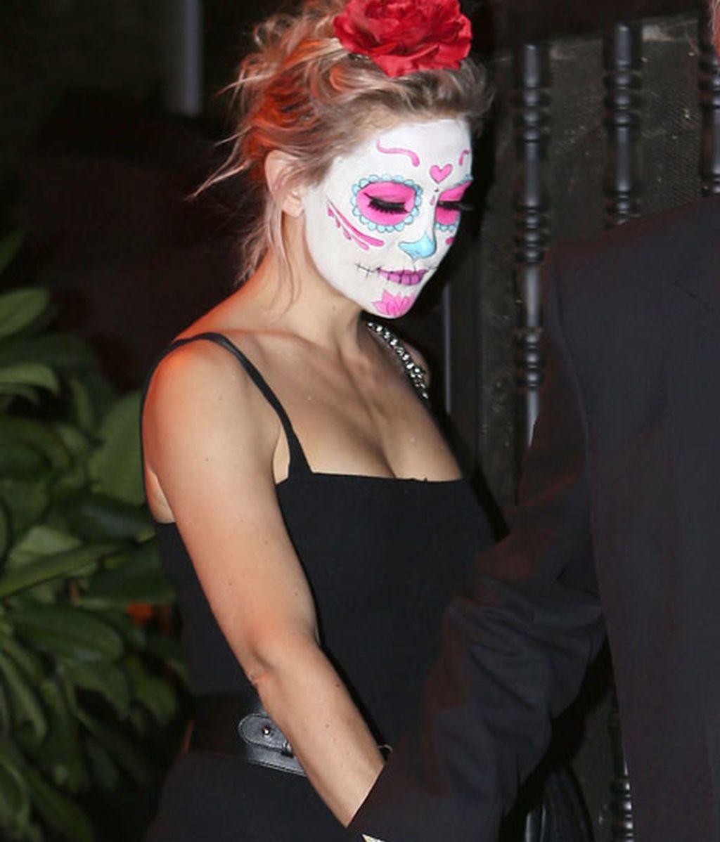 La modelo Kate Hudson decoró su rostro con un maquillaje 'cadavérico'