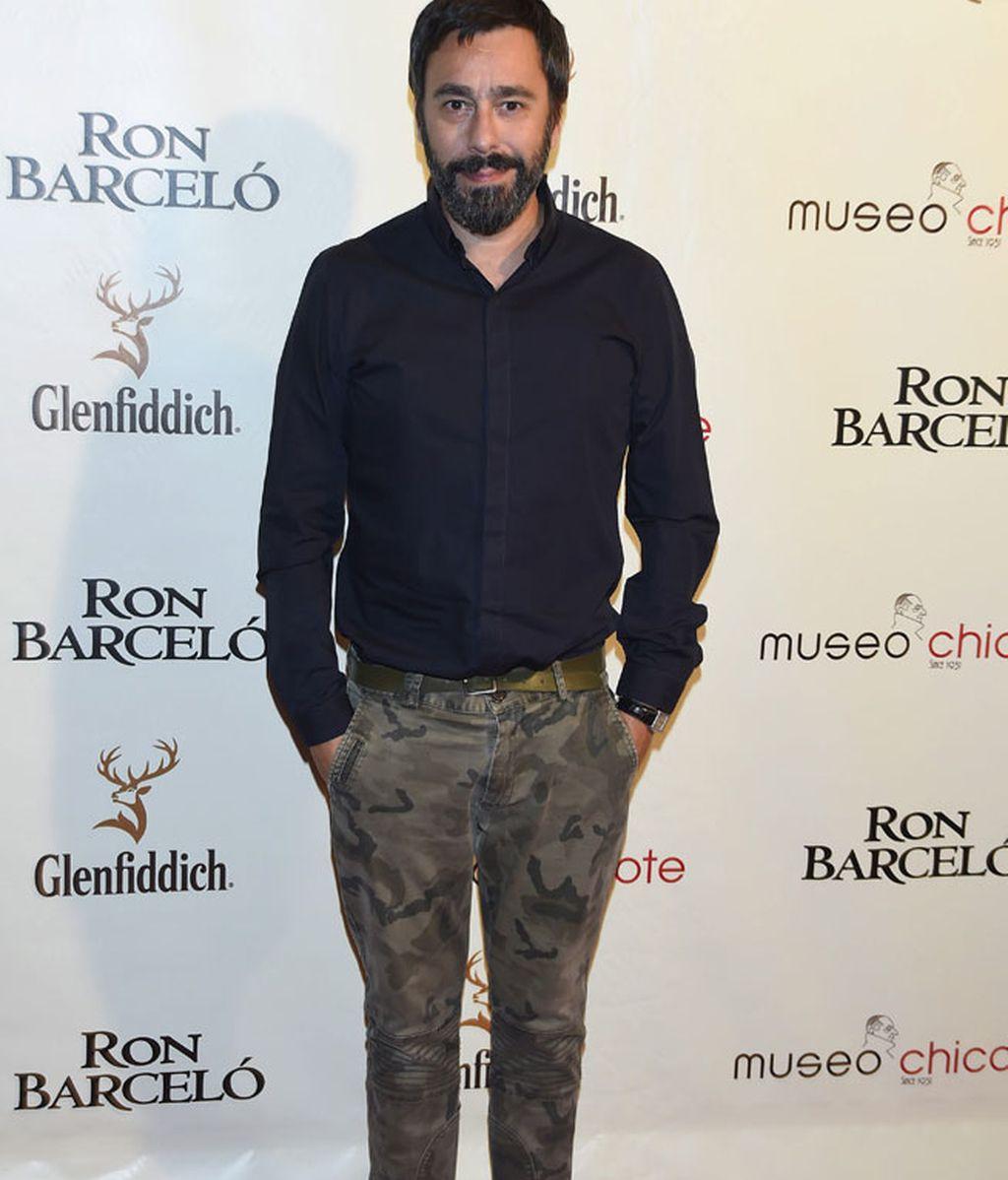 Juanjo Oliva, camisa oscura y pantalones militares