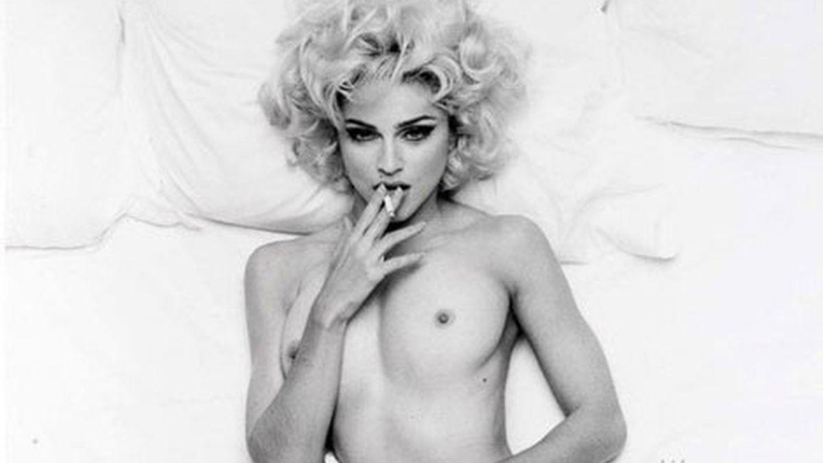 Madonna, desnuda, fumando y con una mirada desafiante seduciendo al objetivo de la cámara de Steven Meisel