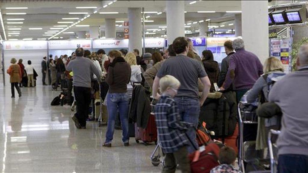 Gran número de personas hacen cola en el aeropuerto Son San Joan de Palma, después de conocer que todo el espacio aéreo español se encuentra cerrado por el abandono masivo de los controladores de sus puestos de trabajo, menos Andalucía. EFE