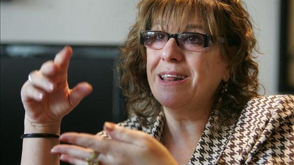 La directora del Centro Cultural de España en Montevideo (CCE), Hortensia Campanella,  durante una entrevista acerca de la vida y obra del escritor Juan Carlos Onetti. EFE