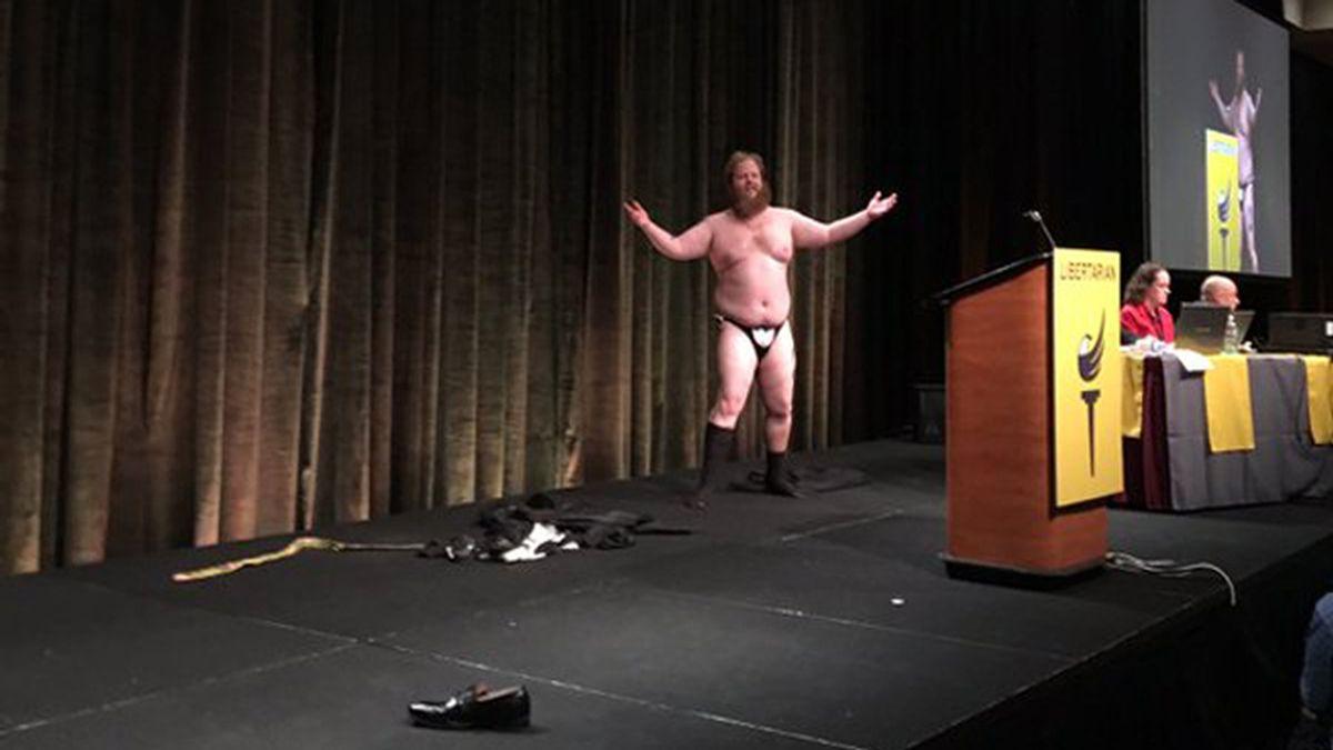 Político se desnuda durante una intervención