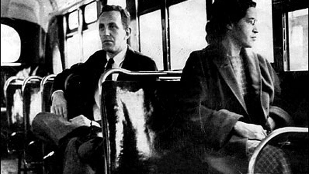 Rosa Parks se niega a ceder su asiento a un hombre blanco