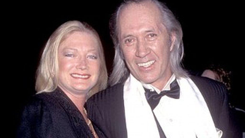 """El actor junto a Gail Jensen, su esposa durante 15 años,  que ha hablado de los """"momentos estrambóticos"""" de Carradine y de su comportamiento sexual. Foto ABC news."""