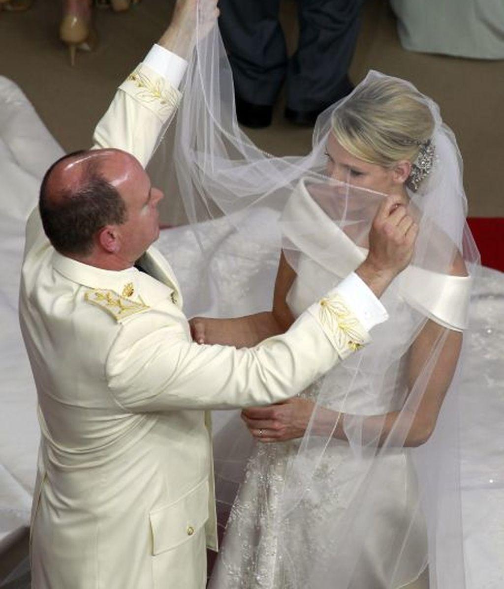 El príncipe Alberto levanta el velo a su esposa