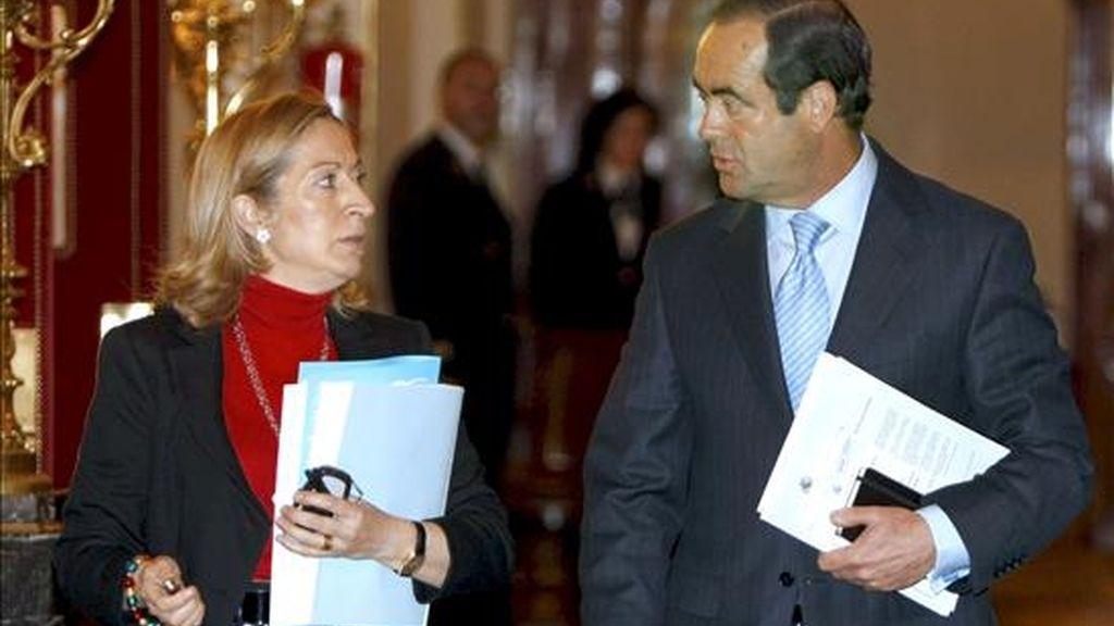 El presidente del Congreso, José Bono, charla con  la secretaria segunda de la Mesa, Ana Pastor. EFE/Archivo