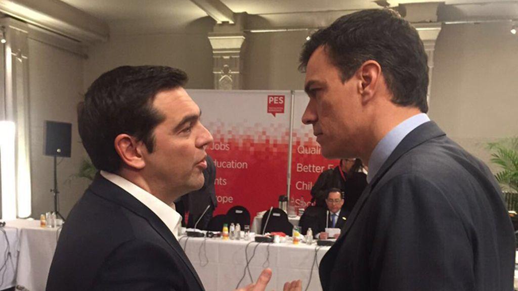 Alexis Tsipras y Pedro Sánchez dialogan en Bruselas