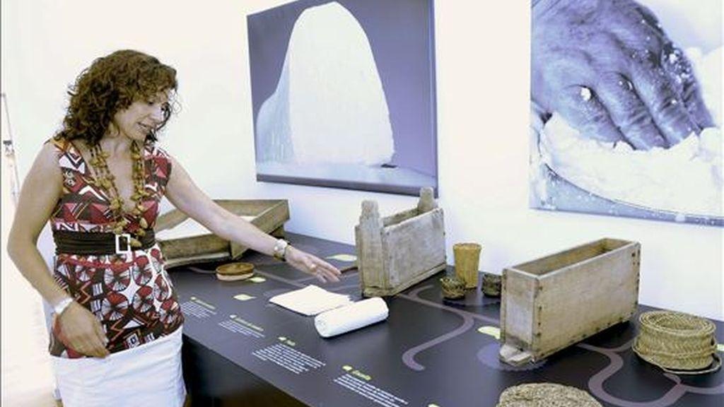 La alcaldesa de Villalón de Campos, Marta Maroto, muestra algunos de los objetos del Museo del Queso recientemente inaugurado con el doble objetivo de convertirse en un revulsivo turístico en la zona y desarrollar una labor pedagógica sobre este alimento. EFE