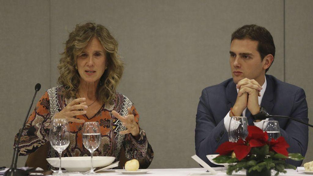 El presidente de Ciudadanos, Albert Rivera, junto a la empresaria y exministra socialista Cristina Garmendia, durante un almuerzo