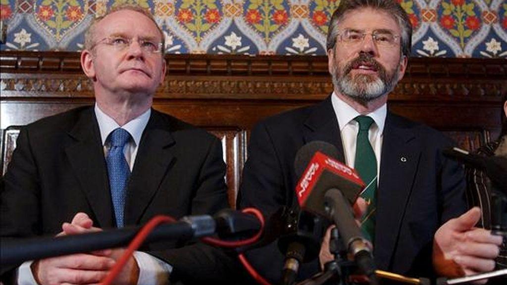 Los grupos disidentes republicanos tienen un supuesto plan para asesinar el viceministro principal de Irlanda del Norte, Martin McGuinness, reveló hoy este destacado miembro del Sinn Fein. En la imagen,  el presidente del Sinn Fein, Gerry Adams (dcha), acompañado de McGuinnes, durante una rueda de prensa en la Cámara de los Comunes, en Londres (Reino Unido), el 19 de mayo de 2005. EFE/Archivo
