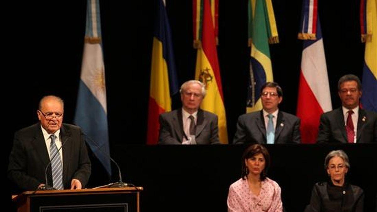 El secretario general iberoamericano, Enrique Iglesias (i), habla en la ciudad argentina de Mar del Plata, durante la inaguración de la XX Cumbre Iberoamericana de Jefes de Estado y de Gobiernos. EFE