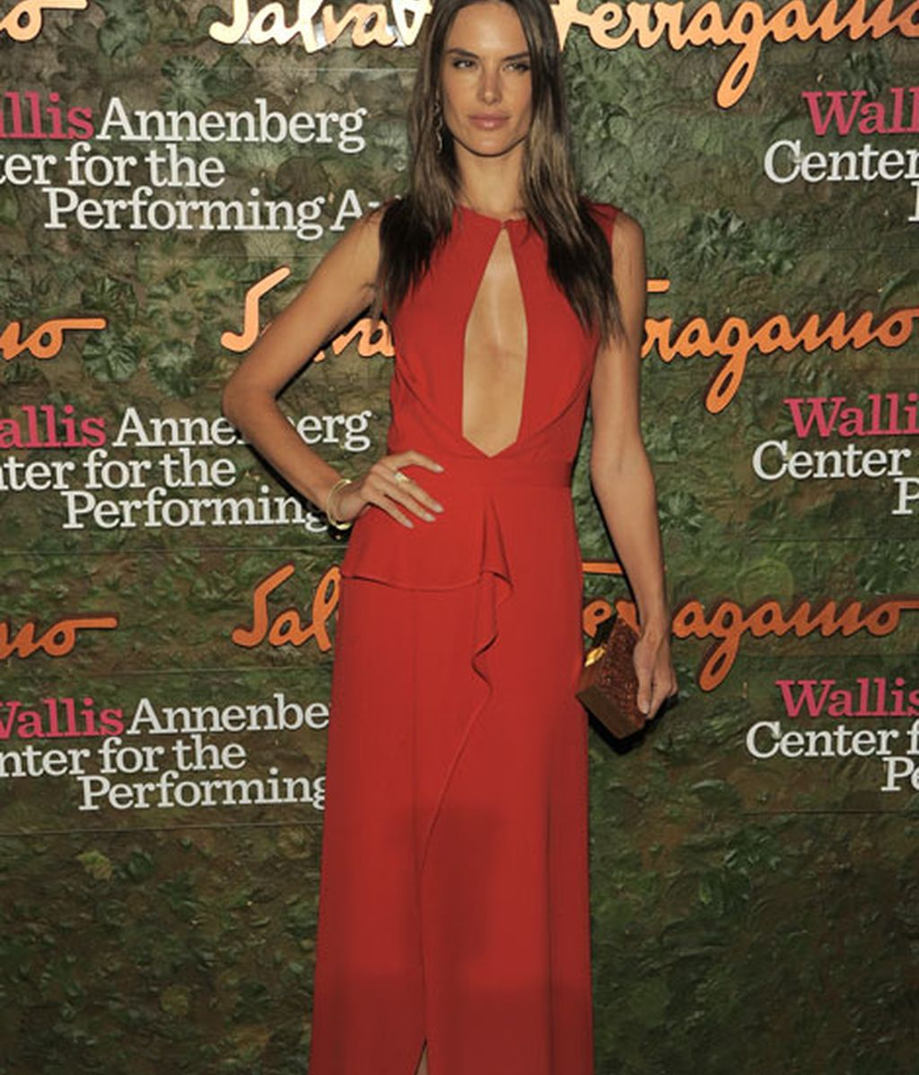 Alessandra Ambrosio presumió de escote con un vestido rojo