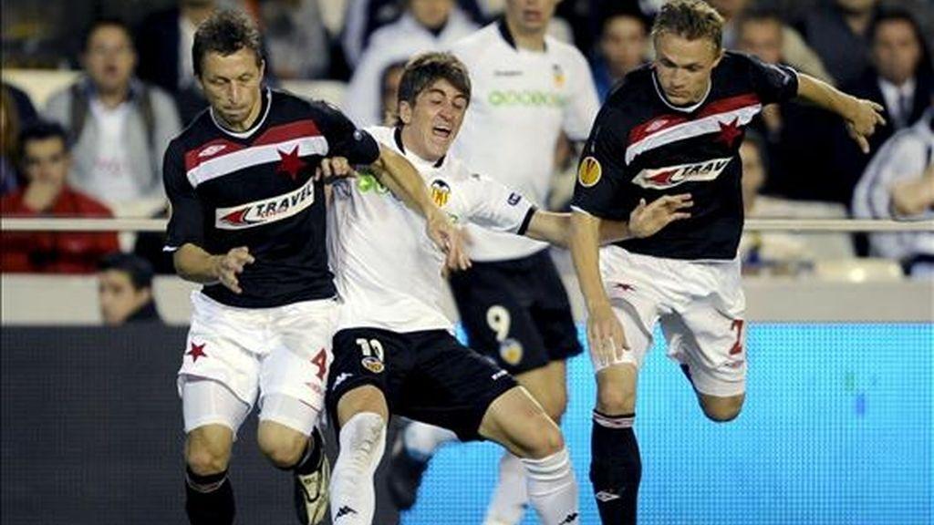 El centrocampista del Valencia CF, Pablo Hernandez (c), pierde el balón ante los jugadores del Slavia de Praga, Petr Trapp y David Hubacek (i), durante el partido de la tercera jornada de la fase de grupos de la Liga Europa que disputaron los dos equipos el pasado 22 de octubre en el estadio de Mestalla, en Valencia. EFE/Archivo